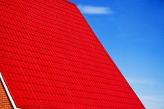 蓝色门面房子红色屋顶天空 免版税库存图片