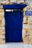 蓝色门,从一个老传统Cycladic房子的入口 免版税库存图片