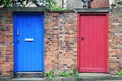 蓝色门,红色门 免版税库存照片