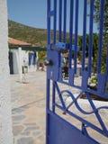 蓝色门-希腊房子在优卑亚岛 库存图片