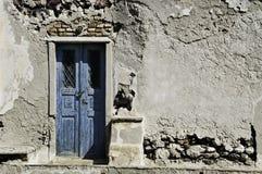 蓝色门santorini墙壁 库存照片