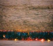 蓝色闪亮金属片和光诗歌选在一个老谷仓上 库存图片