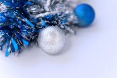 蓝色闪亮金属片和圣诞节球 免版税图库摄影