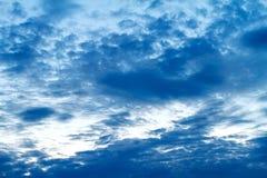 蓝色阴沉的天空有云彩美好的背景 免版税库存图片