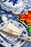 蓝色陶器新鲜的蕃茄 免版税库存照片