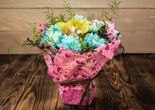 蓝色雏菊和兰花花束  免版税库存照片