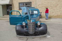 1938蓝色雪佛兰小轿车正面图 库存图片