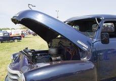 蓝色雪佛兰3800卡车引擎边 图库摄影