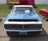 1968蓝色雪佛兰Camaro正面图 免版税库存照片