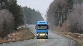 蓝色雷诺卡车T车灯在冬天 免版税图库摄影