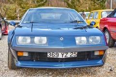 蓝色雷诺在汽车Rallye的高山A108 库存图片