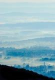 蓝色雾小山 库存图片