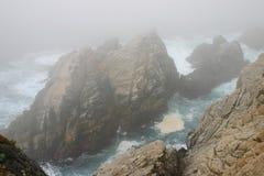 蓝色雾海洋岩石 免版税库存照片