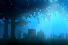 蓝色雾的墓地 库存照片