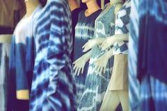 蓝色靛蓝被洗染的布料 靛蓝领带在棉花的染料样式 库存图片