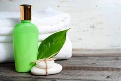 浴蓝色项目盐肥皂温泉毛巾 肥皂,毛巾,液体一片新鲜的叶子 库存照片