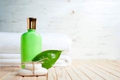 浴蓝色项目盐肥皂温泉毛巾 肥皂,毛巾,液体一片新鲜的叶子 图库摄影