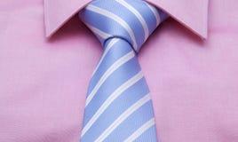 蓝色领带和白色小条与桃红色衬衣 免版税库存照片