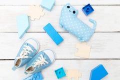 蓝色颜色对象一个小男孩的木背景的 f 库存照片