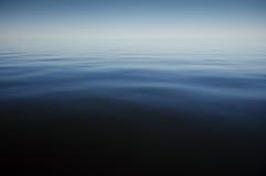 蓝色风平浪静夏时 免版税库存图片