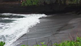 蓝色风景海上挥动得到通过在岩石的孔和打破在岸 股票视频