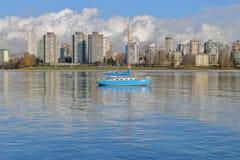蓝色风船在城市港口 免版税图库摄影