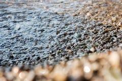 蓝色风险长的小卵石海运柔滑的石头挥动 免版税库存照片