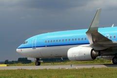蓝色飞机乘出租车 库存照片