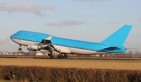 蓝色飞机离开 免版税图库摄影