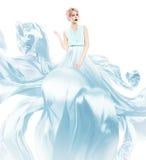 蓝色飞行礼服的白肤金发的妇女 免版税库存图片