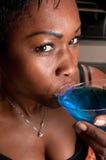蓝色饮用的马蒂尼鸡尾酒 免版税图库摄影