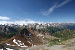 蓝色高加索山脉土坎岩石天空 库存图片