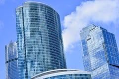 蓝色高层办公大楼在街市莫斯科 高层部分 免版税图库摄影