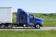 蓝色高速公路跨境半卡车 免版税库存图片