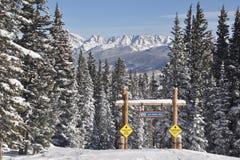 蓝色鸟天,比弗河,戈尔范围, Avon科罗拉多,滑雪胜地 免版税库存图片