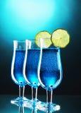 蓝色鸡尾酒杯石灰 免版税库存图片