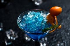 蓝色鸡尾酒杯马蒂尼鸡尾酒 免版税库存照片