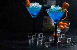 蓝色鸡尾酒杯马蒂尼鸡尾酒 库存图片