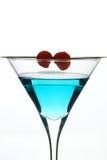 蓝色鸡尾酒用樱桃 免版税库存图片