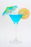 蓝色鸡尾酒详细资料柠檬伞 免版税库存图片