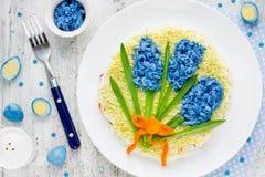 蓝色鸡蛋复活节欢乐沙拉春天花  库存图片