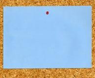 蓝色黄柏附注noticeboard纸张被困住 免版税库存图片
