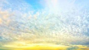 蓝色黄色天空背景 免版税库存图片