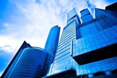 蓝色黑暗的摩天大楼 图库摄影