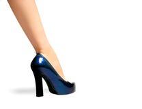 蓝色黑暗的脚跟高行程鞋子 库存照片