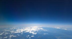 蓝色黑暗的高天空 免版税库存照片