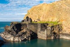 蓝色,盐水湖在Abereiddy 免版税库存照片