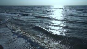 蓝色,绿色,绿松石海,风,波浪,太阳,黑石头,晴朗的道路,夏天,温暖,有风,天,泡沫,海浪,反对 股票录像
