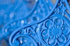 蓝色,金属换下场与美丽的花装饰物,威尔士,兰迪德诺,英国 免版税库存图片
