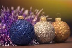 蓝色,银,与诗歌选的金黄球 好的装饰 免版税库存照片